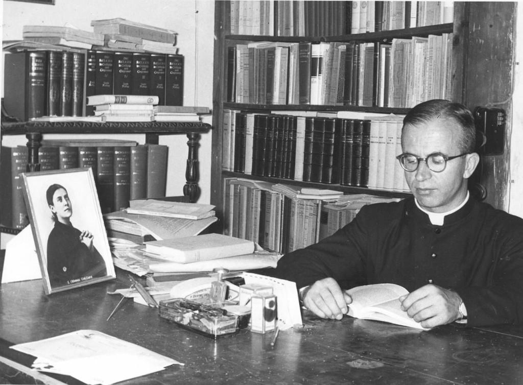 Cornelio Fabro alla scrivania, con l'immagine di Santa Gemma Galgani, mistica