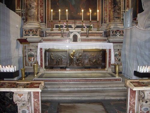 """Le spoglie mortali nella chiesa del  """"Gesù Nuovo"""" di Napoli"""