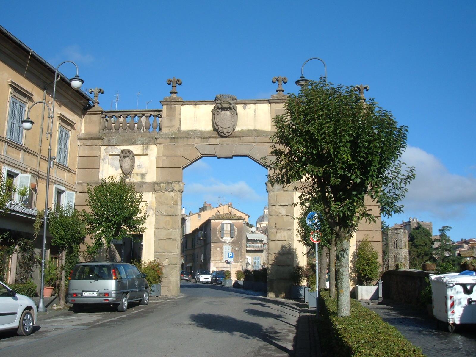 Lo scapolo, il suo borgo natale: Ronciglione (VT), Porta Romana