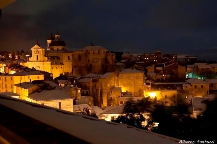 Lo scapolo: Ronciglione di notte (la notte, la neve e l'incanto di un luogo fuori del tempo)