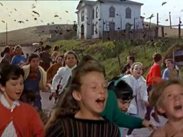 """""""Gli Uccelli"""": fuga dei bambini attaccati"""