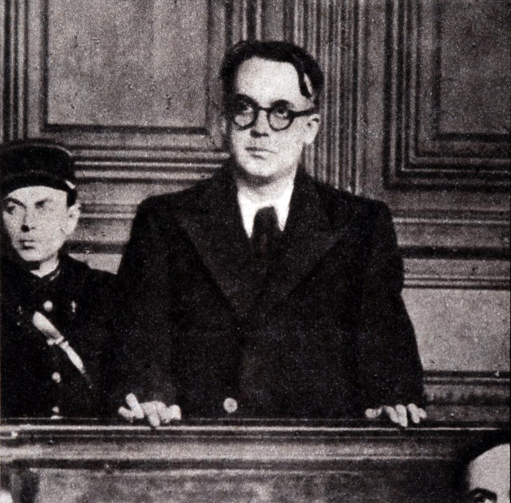 """Robert Brasillach, redacteur en chef de """"Je suis partout"""" (journal pro - nazi), ecoutant le requisitoire du procureur general, il fut condamne a mort par une cour speciale - photo in """"Images"""" du 4 mars 1945 ©Selva/Leemage"""