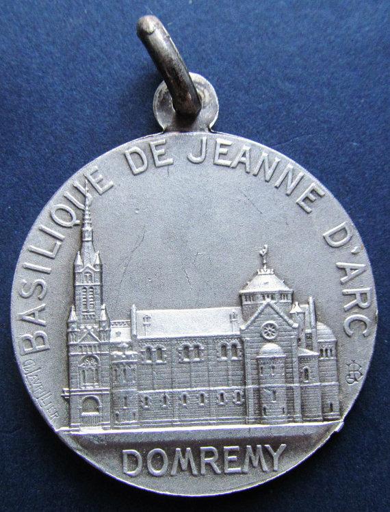 Medaglia religiosa dedicata a Santa Giovanna d'Arco, a Domrémy, paese natale della Pulzella
