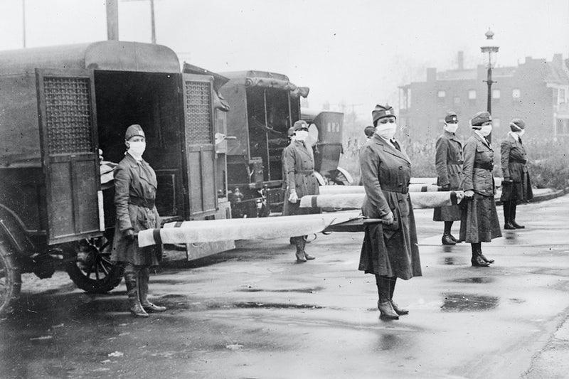 Infermiere Militari con mascherine portano in barella un malato di Spagnola da isolare. Esercito USA