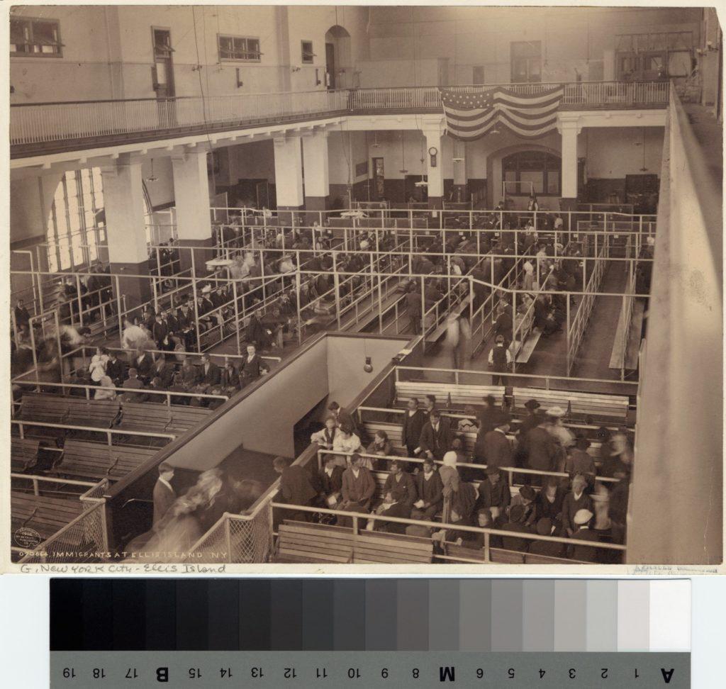 Immigranti ad Ellis Island. Biblioteca Pubblica. Anni '20