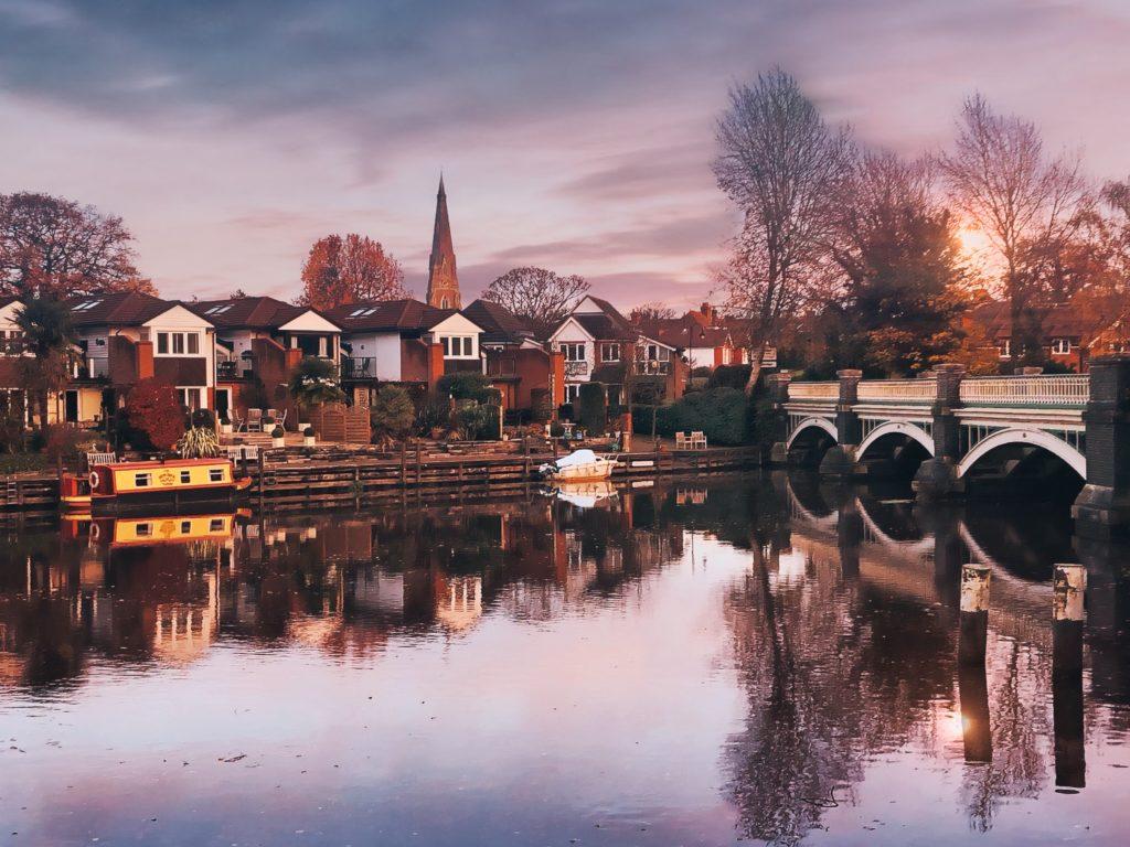 Old_Bridge_over_River_Wey_-_Weybridge,_Surrey